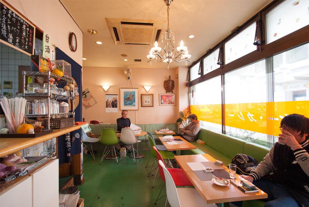 高根台プラザの喫茶カントリー店内